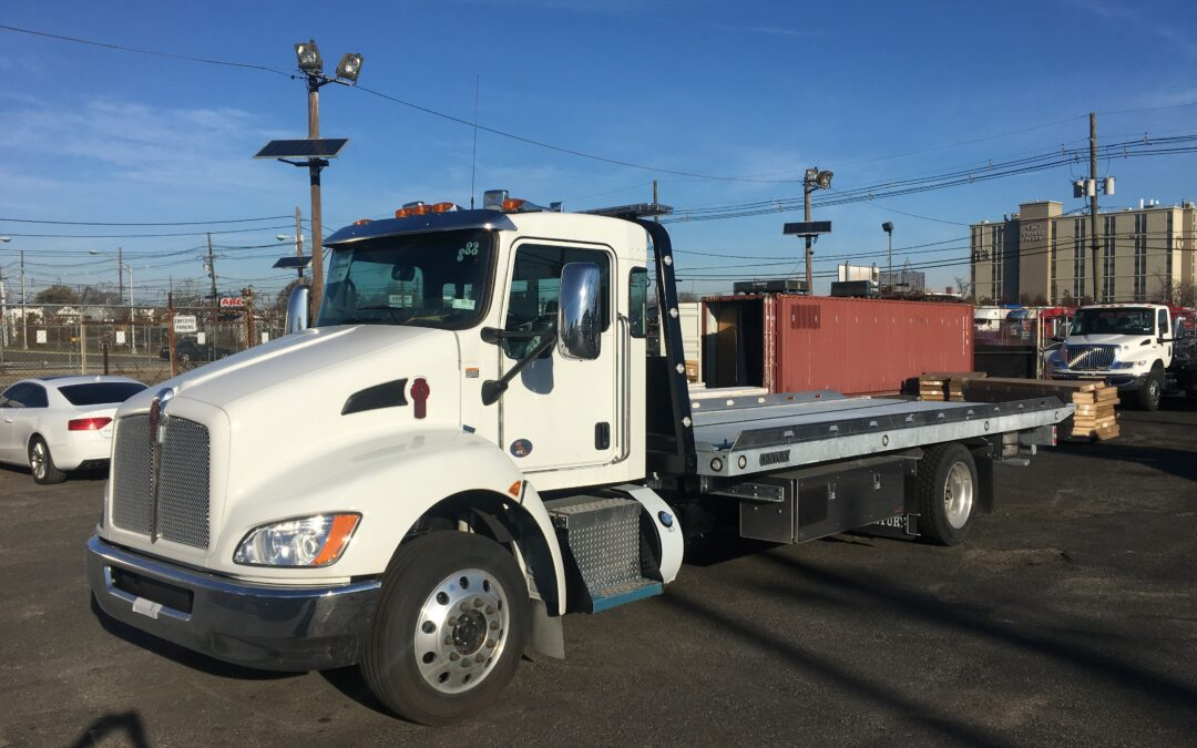 3080: 2021 KW T-270 w 22′ Century 16 series Carrier & Galvanized Body